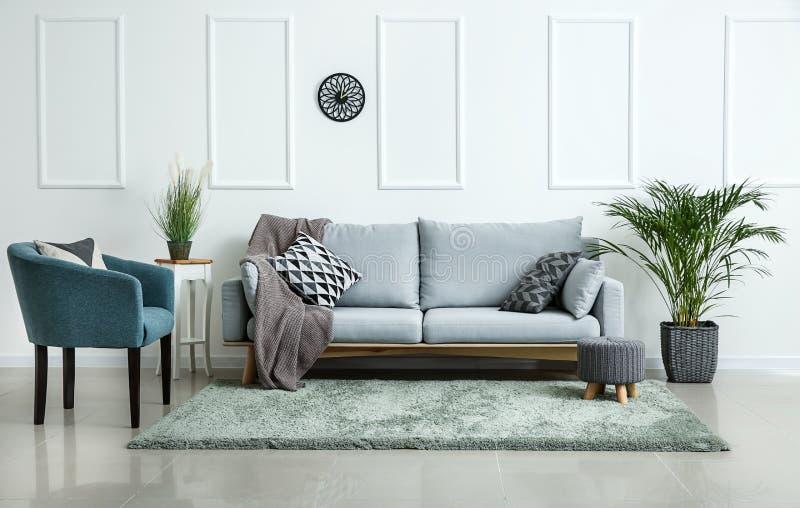 Mobília macia à moda no interior da sala de visitas fotografia de stock