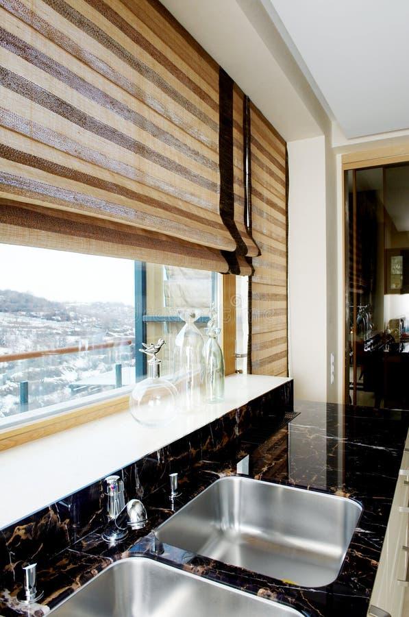 Mobília moderna da cozinha com um grande indicador imagens de stock royalty free