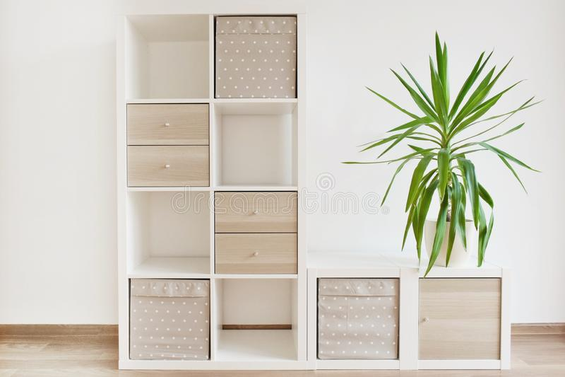 Mobília moderna, prateleiras brancas imagens de stock royalty free