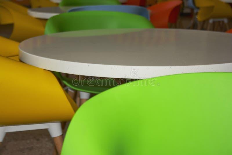 Mobília plástica colorido em um café das crianças foto de stock royalty free