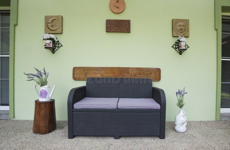 Mobília plástica do pátio do rattan com decoração rústica fotos de stock royalty free
