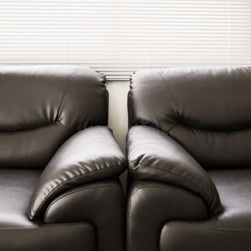 Mobília preta de couro do sofá fotos de stock royalty free