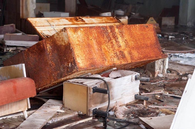Mobília quebrada na loja destruída em Pripyt fotografia de stock royalty free