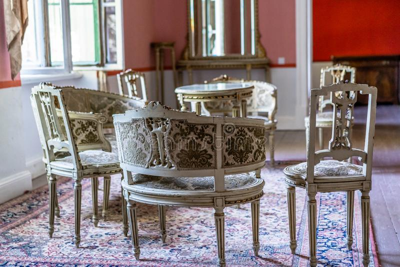 Mobília vazia ajustada em um castelo velho foto de stock royalty free