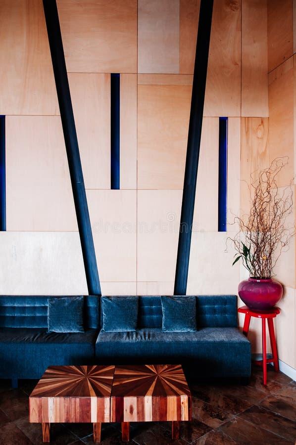 Mobílias coloridas da sala de visitas moderna do teto alto, tom morno imagem de stock royalty free