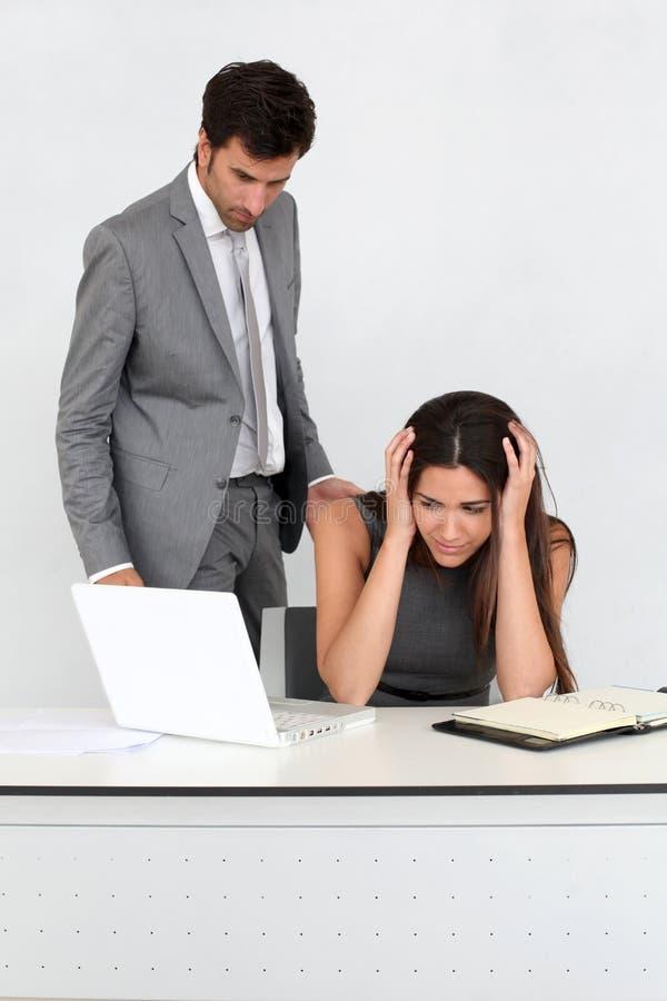 Mobbning på kontoret arkivbild