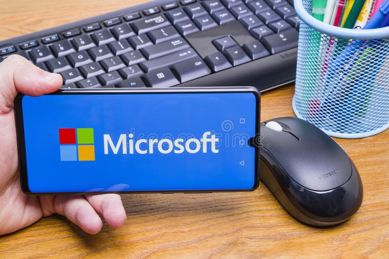 Mobiel apparaat met Microsoft-embleem stock fotografie