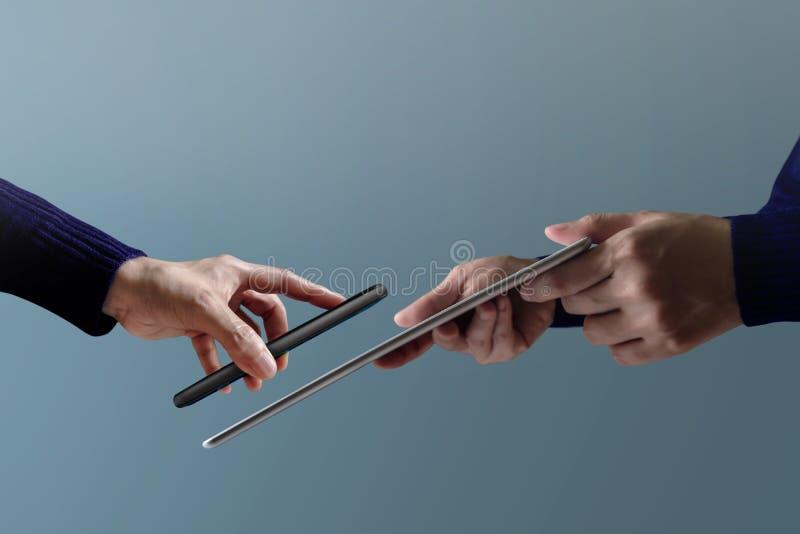 Mobiel betalingsconcept Vrouwenklant die Smartphone gebruiken aan makin royalty-vrije stock afbeeldingen