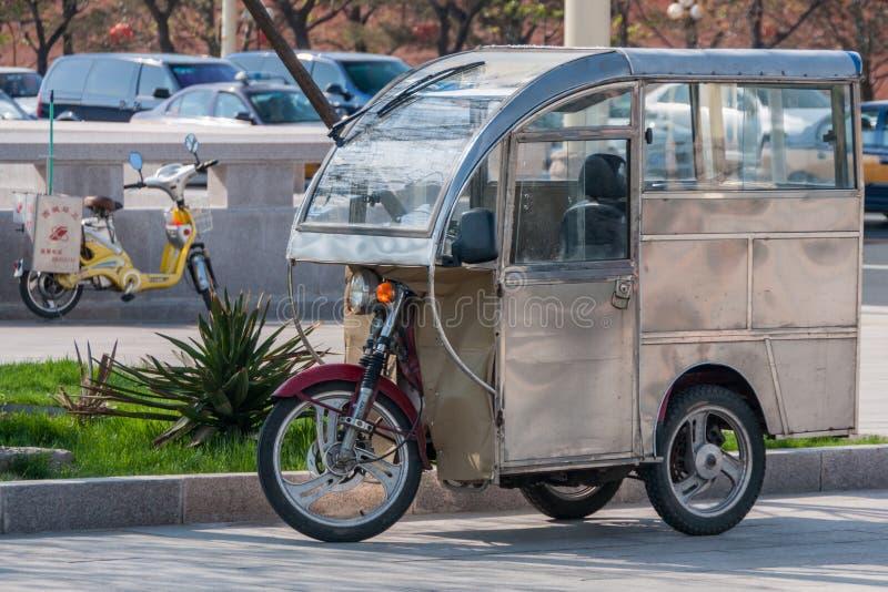 Mobiel bureau met drie wielen in straten van Peking stock foto's