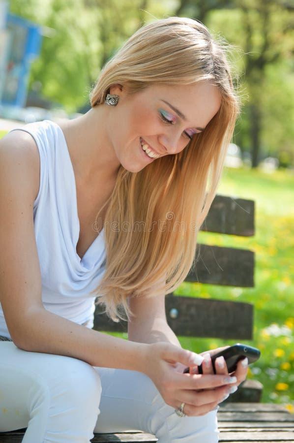 Mobiel communicatiemiddel - gelukkige tiener stock fotografie