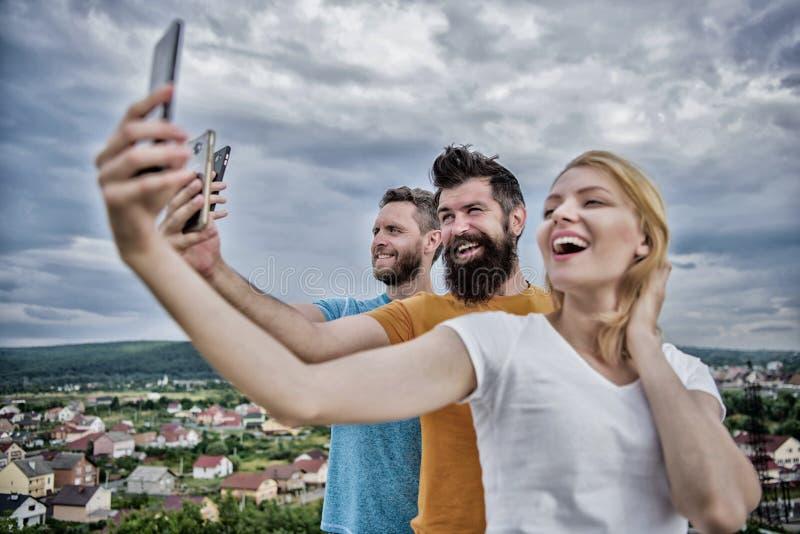 Mobiel gebiedsdeelprobleem Meisje en mens met mobiele smartphonesmededeling online Selfietijd Het leven online Mensen stock afbeelding