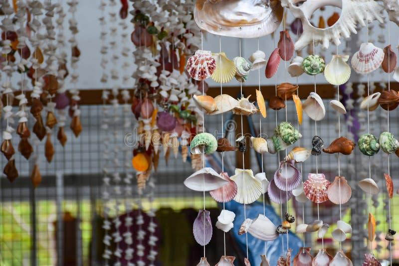 Mobiel gemaakt van shells in Samut Songkhram stock afbeeldingen