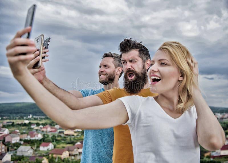 Mobiel Internet en sociale netwerken Mobiel gebiedsdeelprobleem Meisje en mens met mobiele smartphonesmededeling stock foto