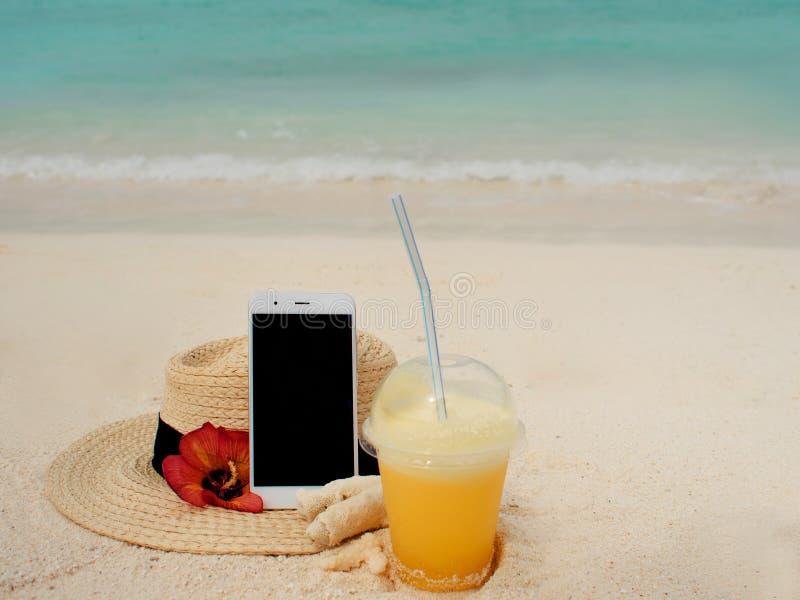 Mobiel Internet overal in de wereld, concept Gebruikend Internet en uw smartphone zelfs op een ver tropisch eiland royalty-vrije stock fotografie