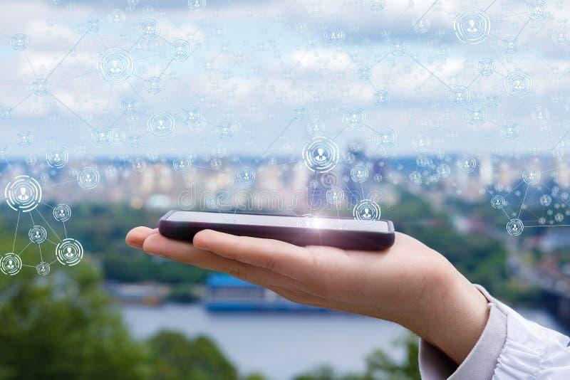 Mobiel op de palm aan netwerkverbindingen stock foto's