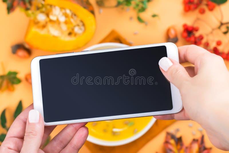 Mobiel schot van pompoensoep stock afbeeldingen