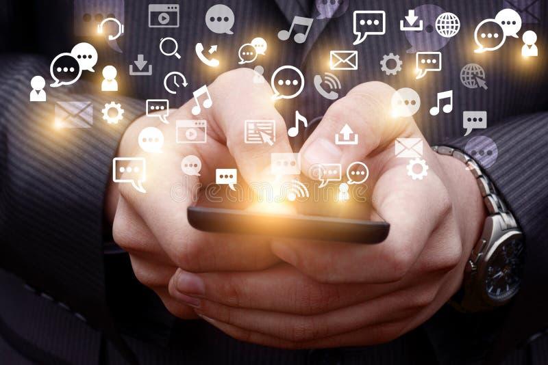 Mobiel zendt een holografisch beeld van sociale media verwante pictogrammen uit royalty-vrije stock afbeeldingen