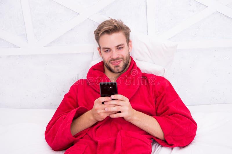Mobiele afhankelijkheid Sociale netwerkenmededeling Digitale mededeling Controle e-mail Het babbelen met vriend Ochtend stock fotografie