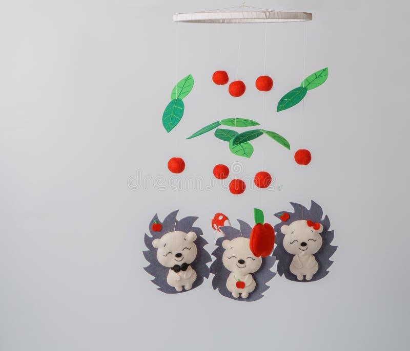 Mobiele babyvoederbak - jonge geitjesspeelgoed, op witte achtergrond stock afbeeldingen