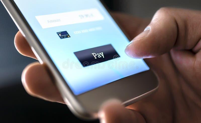 Mobiele betaling met portefeuille app en draadloze nfctechnologie Mens die en met smartphonetoepassing en creditcard betalen wink stock fotografie