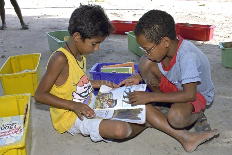 Mobiele bibliotheek op basisschool in Brazilië stock afbeeldingen