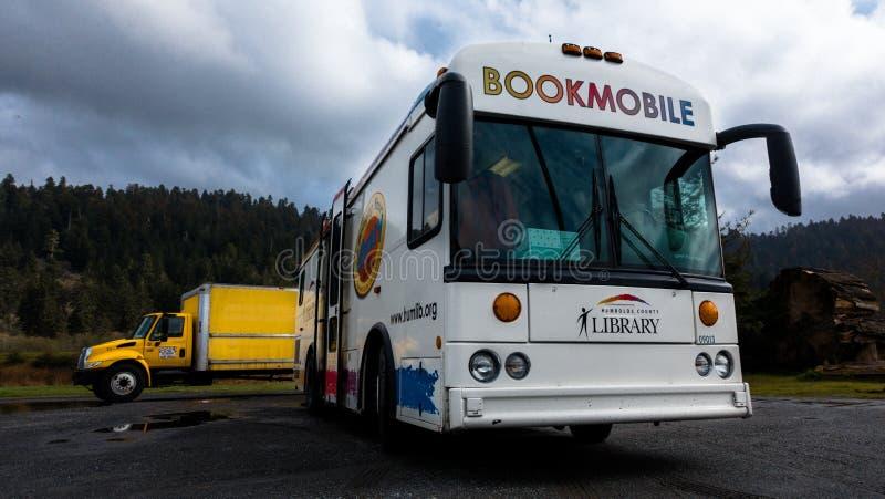 Mobiele bibliotheek op de weg stock foto