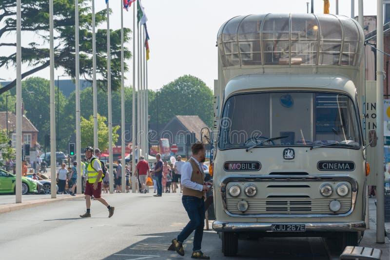 Mobiele bioskoopbus in Stratford op Avon voor festival van autorijden stock afbeeldingen