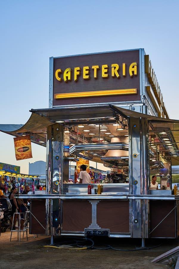 Mobiele cafetaria in een straatmarkt bij zonsondergang royalty-vrije stock fotografie