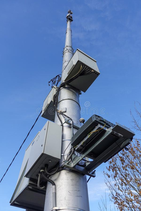 Mobiele communicatiemiddelen antennetoren tegen de blauwe hemel stock fotografie