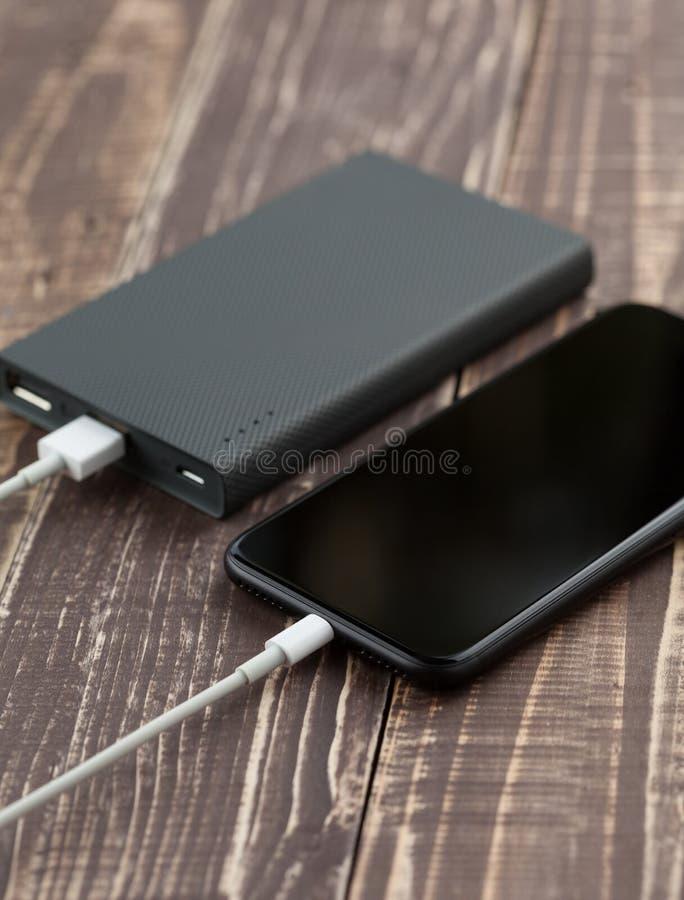 Mobiele de telefoon verbindt met de reserves van de batterijmacht zijaanzicht stock fotografie