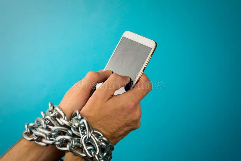 Mobiele die telefoon aan de handen van een mens wordt geketend royalty-vrije stock afbeelding