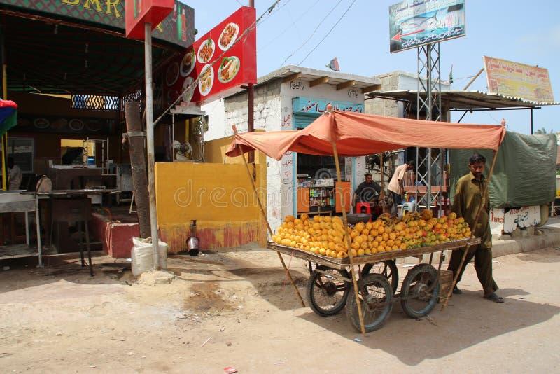 Mobiele Fruitwinkel in de Voorsteden Van karachi royalty-vrije stock foto's