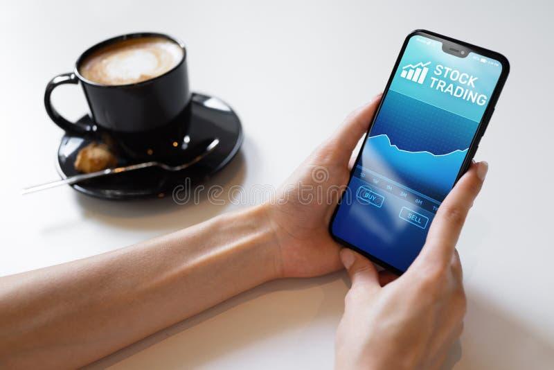 Mobiele handeltoepassing met effectenbeursgrafiek op het smartphonescherm Forex investerings bedrijfstechnologieconcept royalty-vrije stock afbeeldingen