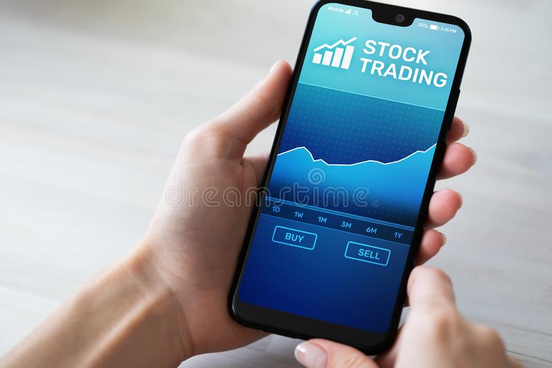 Mobiele handeltoepassing met effectenbeursgrafiek op het smartphonescherm Forex, investerings bedrijfstechnologieconcept royalty-vrije stock foto's