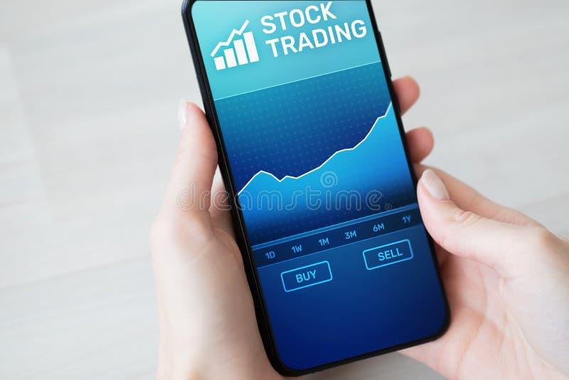 Mobiele handeltoepassing met effectenbeursgrafiek op het smartphonescherm Forex investerings bedrijfstechnologieconcept royalty-vrije stock afbeelding