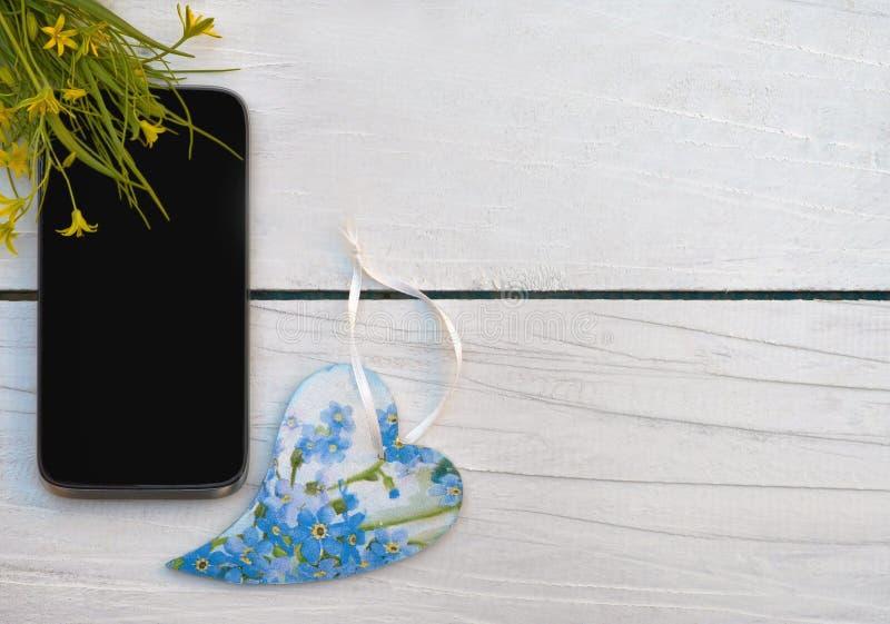 Mobiele met de hand gemaakte telefoon en houten hart Hoogste mening Concept: Ik houd van mededeling/gesprekken/het leven/muziek/ royalty-vrije stock afbeelding