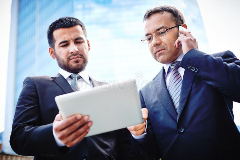 Mobiele onderhandelingen royalty-vrije stock afbeeldingen