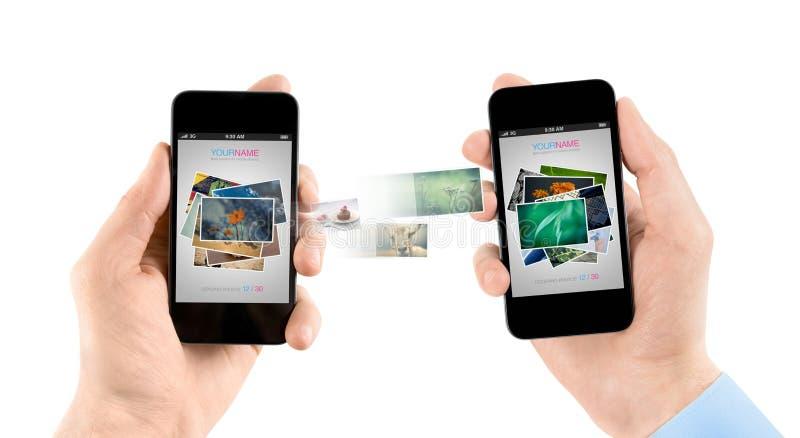 Mobiele slimme telefoons terwijl het overbrengen van beelden stock afbeelding