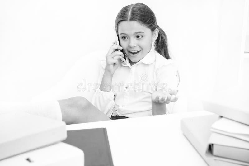 Mobiele smartphone van het kindgebruik om in school te communiceren Verse schoolroddel Zij houdt van teveel sprekend Het bespreke royalty-vrije stock foto's
