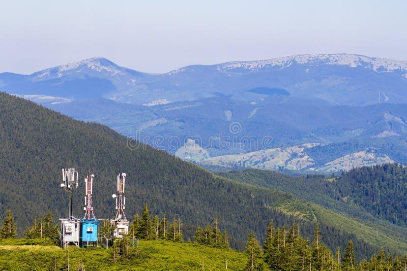 Mobiele telecommunicatietoren of celtoren met antenne en Gr stock fotografie