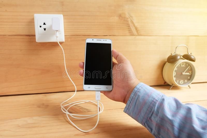 Mobiele telefoon en het laden stock afbeelding