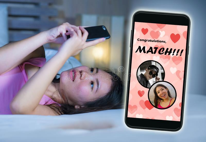 Mobiele telefoon en jong mooi en gelukkig Aziatisch Chinees meisje die het online vrolijk dateren app gebruiken ontvangend een ge royalty-vrije stock foto