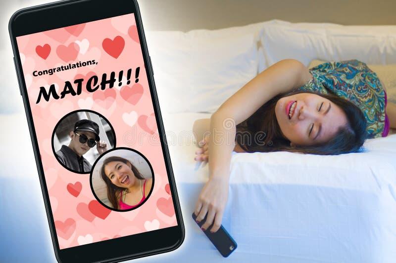 Mobiele telefoon en jong mooi en gelukkig Aziatisch Koreaans meisje die het online vrolijk dateren app gebruiken ontvangend een g royalty-vrije stock afbeelding
