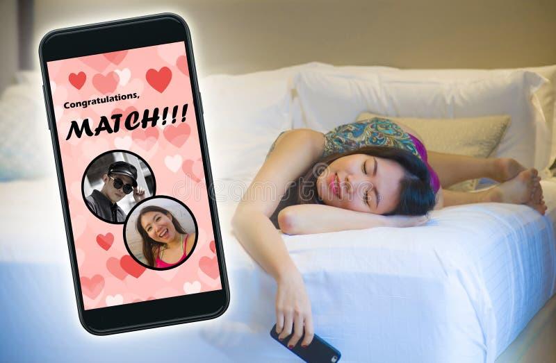 Mobiele telefoon en jong mooi en gelukkig Aziatisch Koreaans meisje die het online vrolijk dateren app gebruiken ontvangend een g royalty-vrije stock afbeeldingen