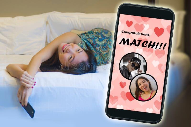 Mobiele telefoon en jong mooi en gelukkig Aziatisch Koreaans meisje die het online vrolijk dateren app gebruiken ontvangend een g royalty-vrije stock foto
