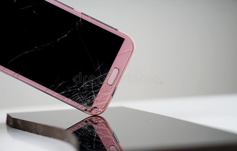 Mobiele telefoon in gebroken het scherm royalty-vrije stock afbeelding