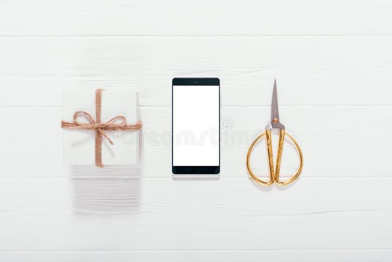 Mobiele telefoon, giftdoos en gouden schaar royalty-vrije stock foto's