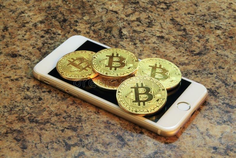 Mobiele telefoon met de muntstukken van bitcoincryptocurrency royalty-vrije stock foto's