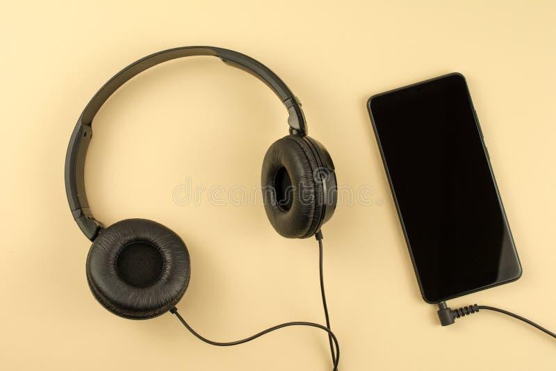 Mobiele telefoon met hoofdtelefoons royalty-vrije stock foto's