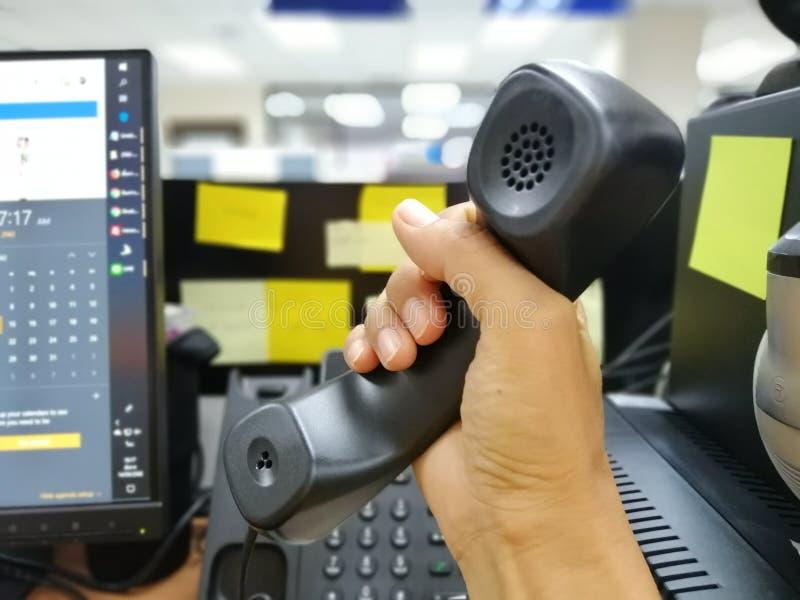Mobiele telefoon, netwerkmededeling, het werk, kantoorbenodigdheden in het bureau royalty-vrije stock foto